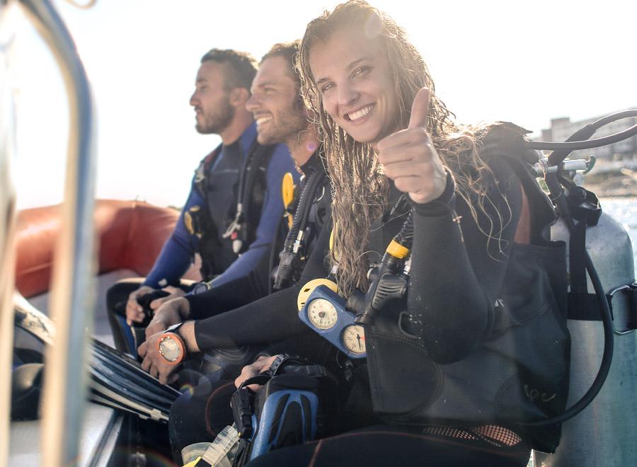 Buceadores equipados preparados para una inmersión